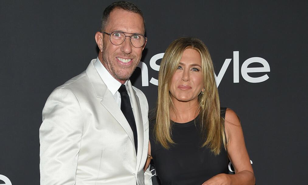 TETTE BÅND: Chris McMillan er mannen som har fikset håret til Jennifer Aniston (50) gjennom flere tiår. Nå avslører han en godt bevart hemmelighet om den ikoniske sveisen hennes. Foto: NTB Scanpix