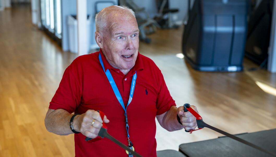 RO-RO: Romaskinen er ett av de treningsapparatene Leif A. Lier liker best. Foreløpig må han nøye seg med å ro med strikker. Foto: Tore Fjeld