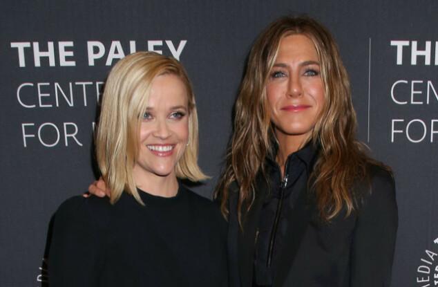 BØLGER: Jennifer Aniston har naturlig fall i håret, ikke helt rett som vi er vant til å se henne. Her sammen med kollega Reese Witherspoon nylig. Foto: NTB Scanpix