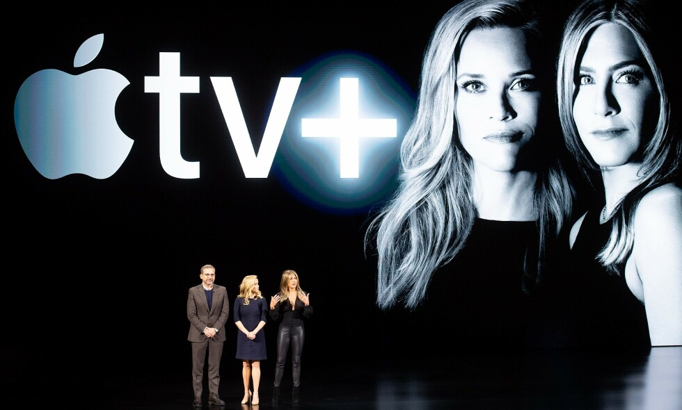 STORSTILT LANSERING: Skuespillerne Steve Carell, Reese Witherspoon og Jennifer Aniston var på scenen under lanseringen av Apple tv+ på Apples hoverkvarter i Cupertino, California. Sist fredag lanserte Apple tjenesten. Vi har testet den, og kastet terningkast 4. Les hvorfor her. Foto: AFP / NTB Scanpix