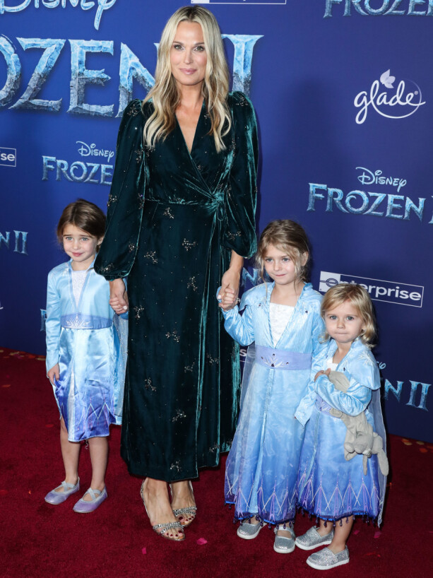 MOLLS: The 46-year-old woman brought her girlfriends dressed as Elsa's main character. Photo: NTB Scanpix