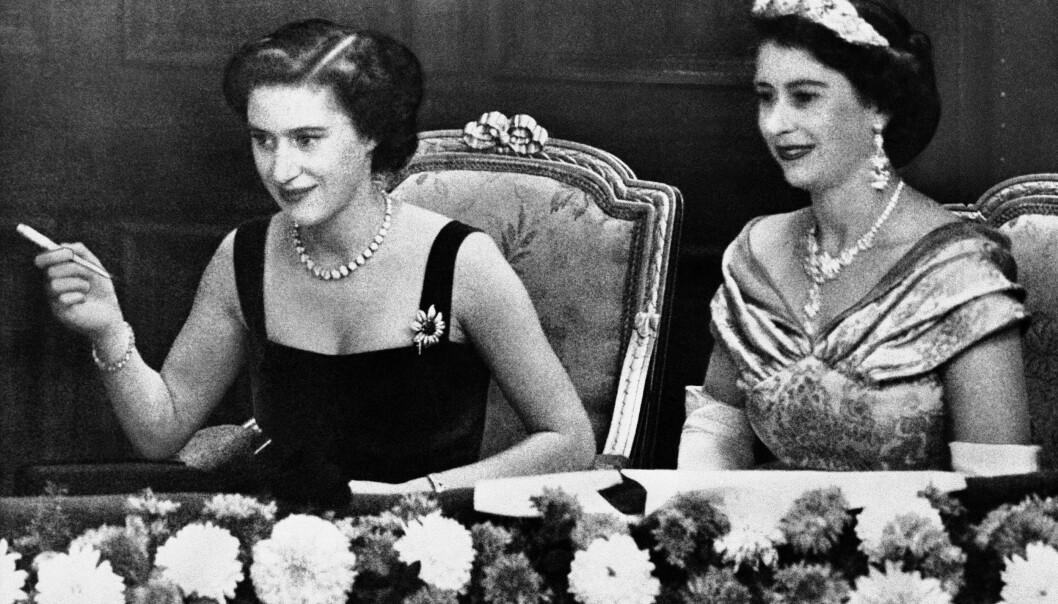 ROYALE SØSTRE: Prinsesse Margaret fotografert sammen med søsteren Dronning Elizabeth II på London's Palladium Theater i 1952. Foto: AP /NTB Scanpix