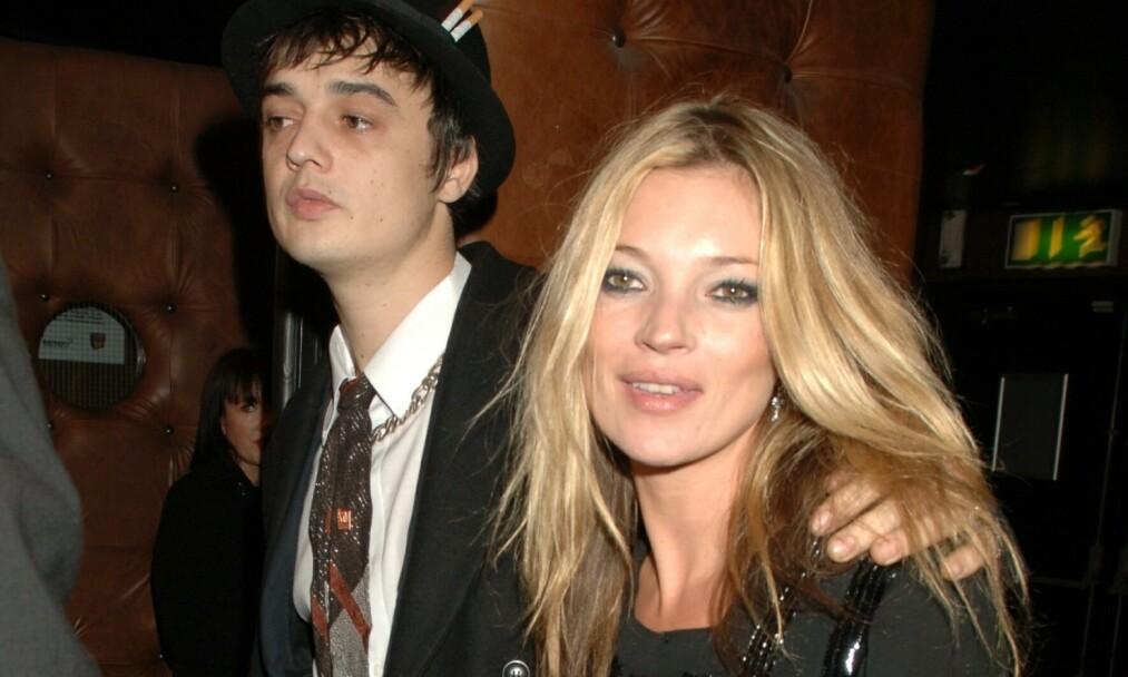 ARRESTERT: Skandalerocker Pete Doherty ble torsdag arrestert i Paris, i forbindelse med besittelse av kokain. Her er han fotografert med ekskjæresten Kate Moss i 2007 på NME Awards. Foto: NTB Scanpix