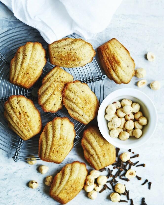Du får franske fornemmelser når disse små, luftige kakene kommer på bordet. Tips! Madeleineformer med muslingskallformede hull fås i både silikon og metall i spesialbutikker. Men mini-muffinsformer kan også brukes. FOTO: Betina Hastoft