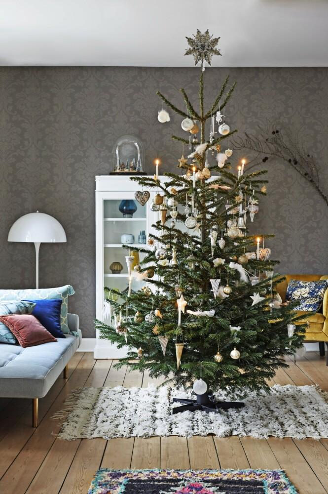Juletreet er pyntet i ned tonede og delikate nyanser. FOTO: Dianna Nilsson