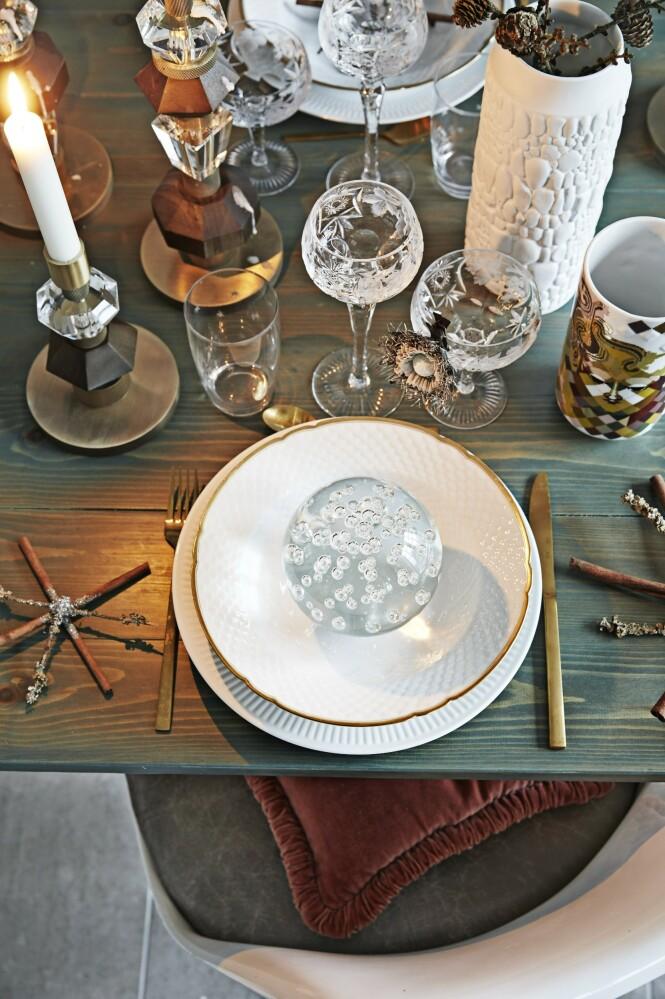 De art deco-inspirerte lysestakene er fra Eden Outcast. Glassene er gamle Rømer- krystallglass, og serviset er en blanding av Royal Copenhagen og vintage porselen. FOTO: Dianna Nilsson