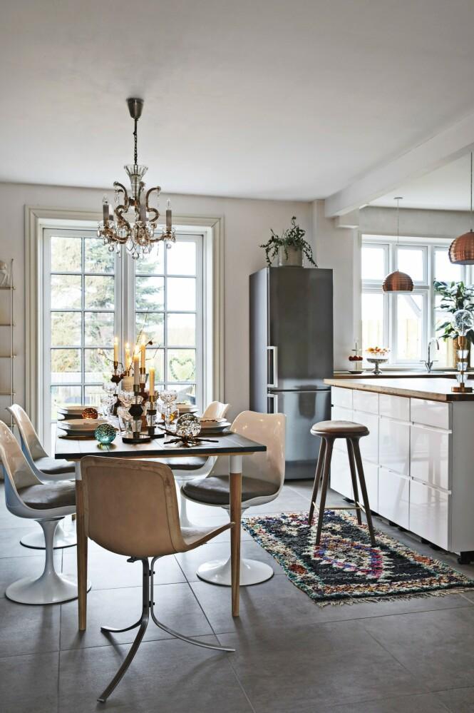 «Tulip»-stolene er kjøpt på auksjon, og skinnstolen er en vintage «PK9» designet av Poul Kjærholm. Kjøkkenet fra Kvik får varme med lune gulvtepper. FOTO: Dianna Nilsson