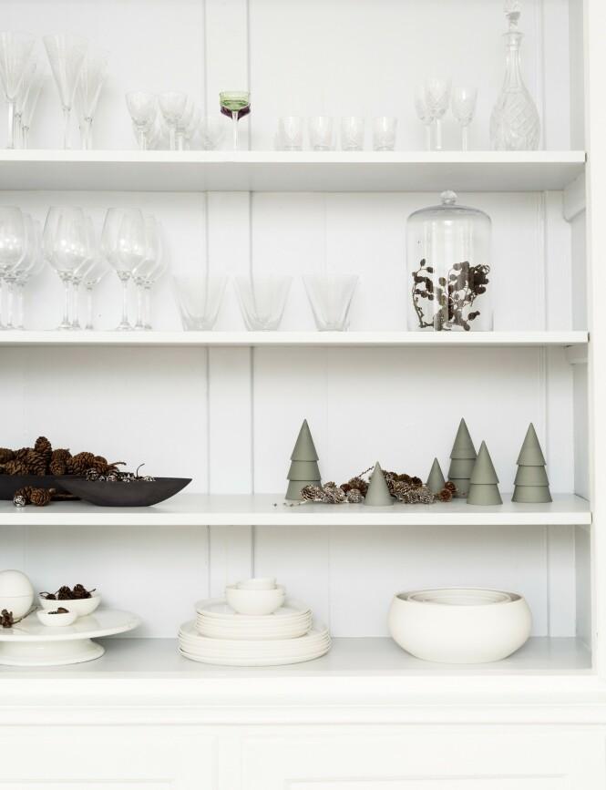 Keramikken har Ditte selv laget, mens glassene er en god blanding av Sia Mai, Holmegaard og loppisfunn. FOTO: Anitta Behrendt
