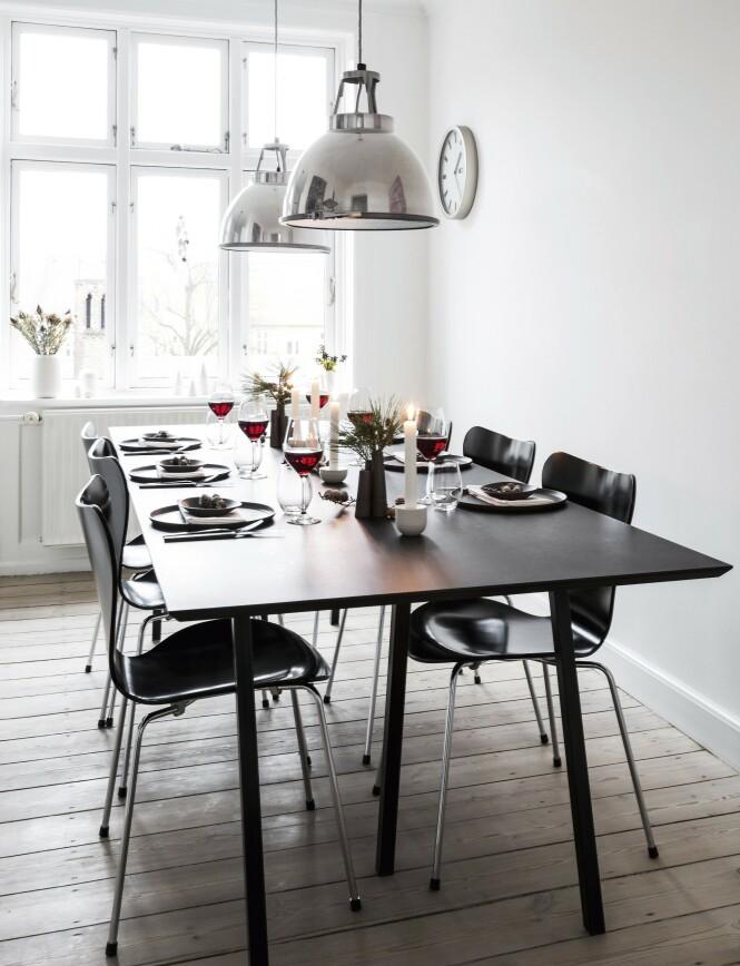 Hver søndag i advent møtes familien til middag, og da dekker Ditte pent opp. FOTO: Anitta Behrendt