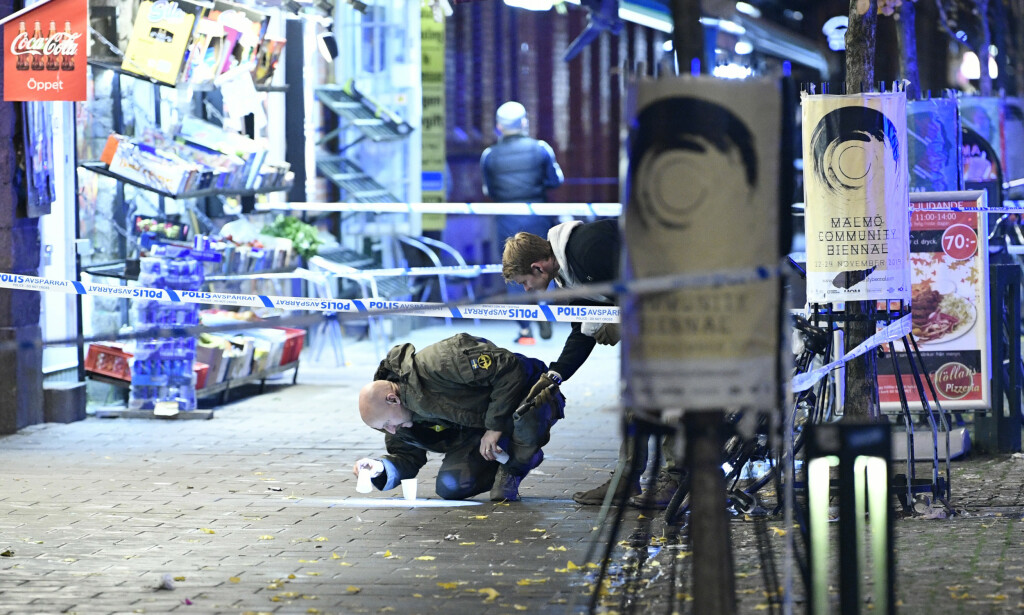 Politi undersøker åstedet for skytingen på Möllevångstorget i Malmö der to personer ble skutt. Foto: Johan Nilsson/TT / NTB scanpix