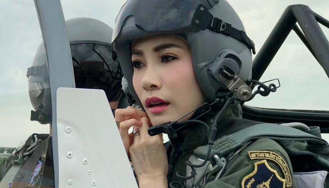 FLYR: Her er gemalinnen Sineenat i et jagerfly i et bilde det thailandske hoffet sendte ut i august. Foto: Royal Household Bureau/Handout via REUTERS