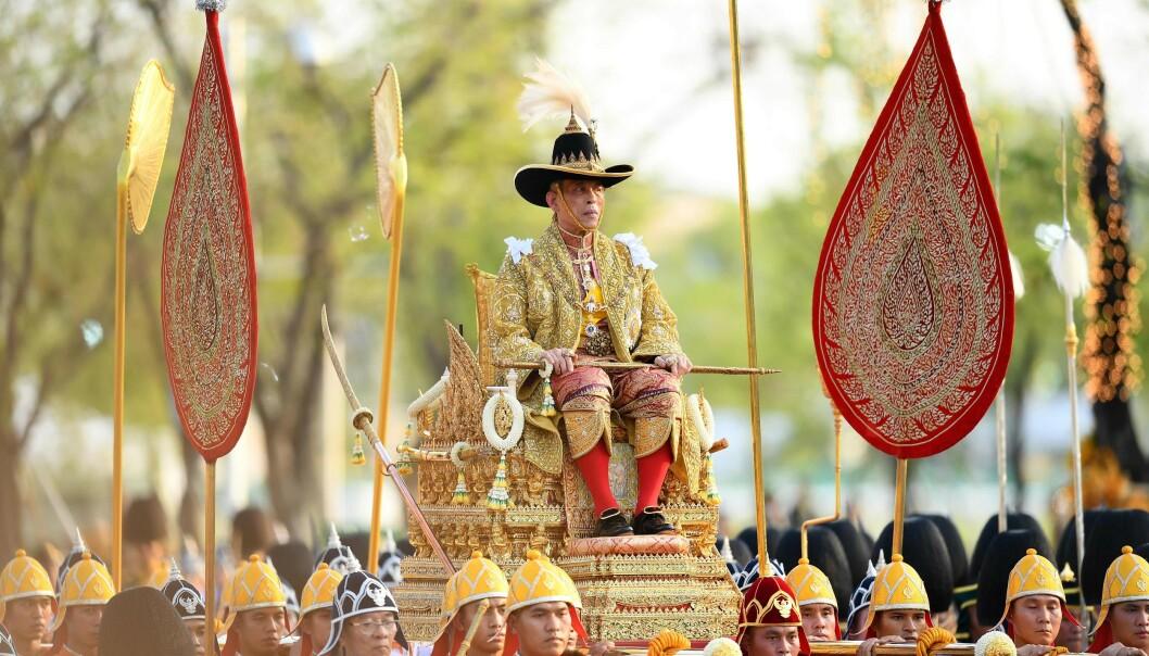 POMPØST: Da kongen ble kronet i mai, ble han båret rundt på denne gullstolen. Foto: NTB scanpix
