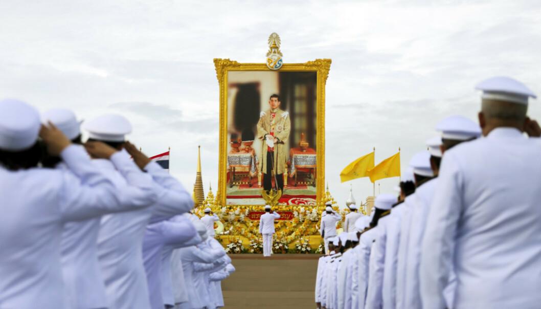 DISTANSERT: Her hyller offiserer i Thailand et bilde av deres konge. Bildet ble tatt i sommer i Bangkok. Foto: NTB scanpix