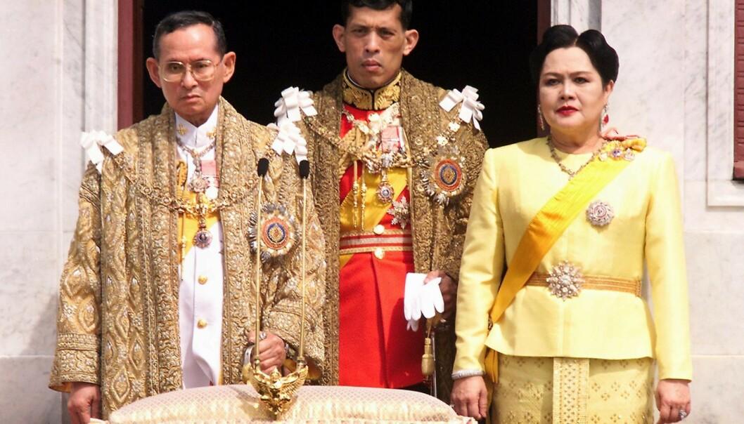 OMSTRIDT: Bildet av den avdøde kongen Bhumibol Adulyadej, kong Maha Vajiralongkorn og dronning Sirikit er tatt i 1999. Foto: AFP PHOTO / PORNCHAI KITTIWONGSAKUL