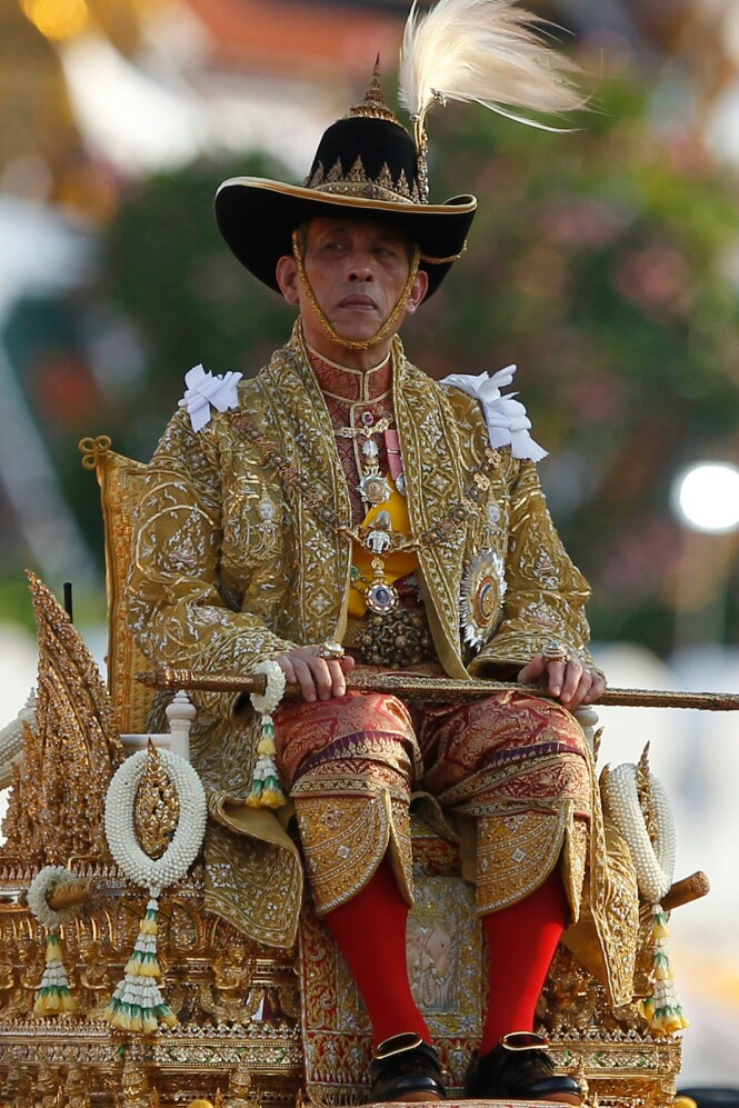 DISTANSERT: Mens faren sto det thailandske folket nær, har sønnen valgt en langt mer distanserende strategi. Foto: NTB Scanpix