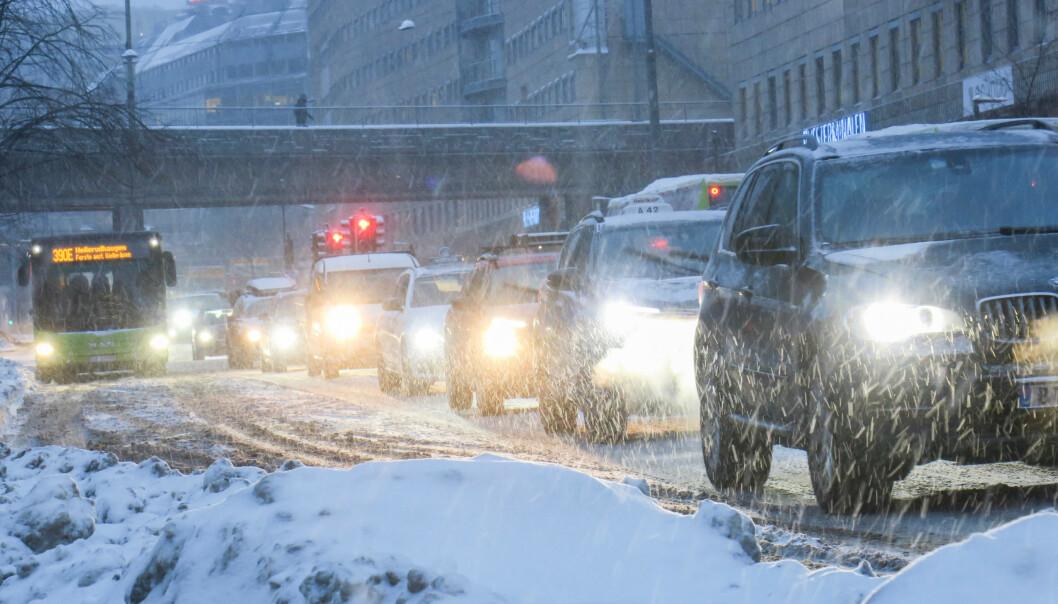 Det er bare å forberede seg på kaos i morgenrushet. Her fra februar: Biler i kø ved bussterminalen på Grønland i Oslo, da snøvær og glatte veier førte til treg trafikk. Illustrasjonsfoto: Paul Kleiven / NTB scanpix