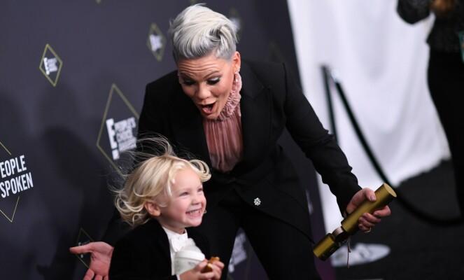 FORNØYD: Stjernens sønn så ut til å være veldig fornøyd med mammas pris. Foto: NTB Scanpix