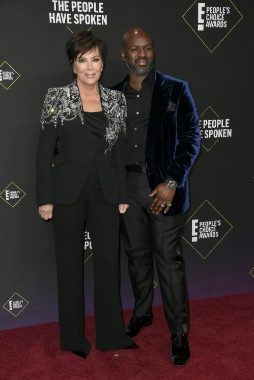 MED KJÆRESTEN: Kris Jenner poserte med kjæresten Corey Gamble på den røde løperen. Foto: NTB Scanpix