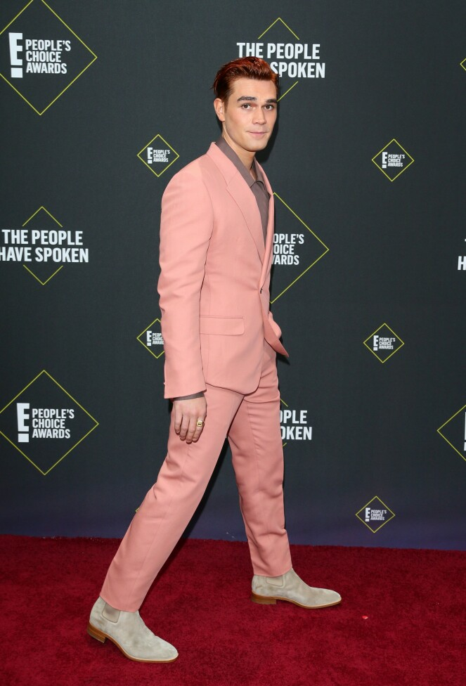 RØD LØPER: Skuespiller KJ Apa stilte i en rosa dress for anledningen. Foto: NTB Scanpix