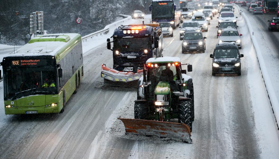 Snø skapte kaos på E18 ved Vækerø inn mot Oslo mandag morgen. Brøytemannskaper hadde problemer med å holde motorveien fri for snø. Foto: Lise Åserud / NTB scanpix
