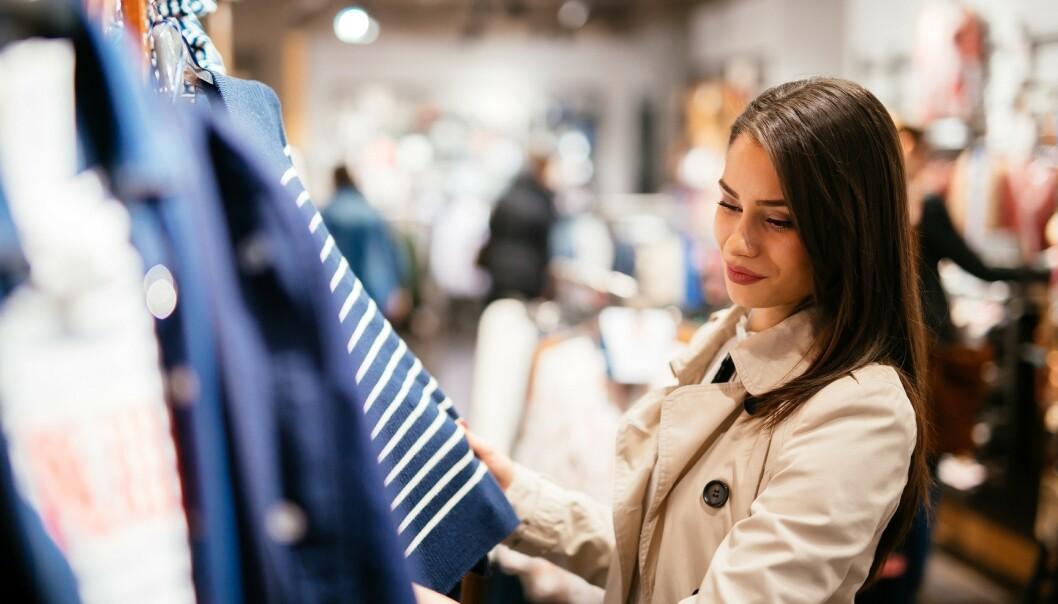 <strong>ANGRER:</strong> En britisk undersøkelse viser at klær er det vi oftest angrer på å ha kjøpt på Black Friday. Foto: Scanpix.