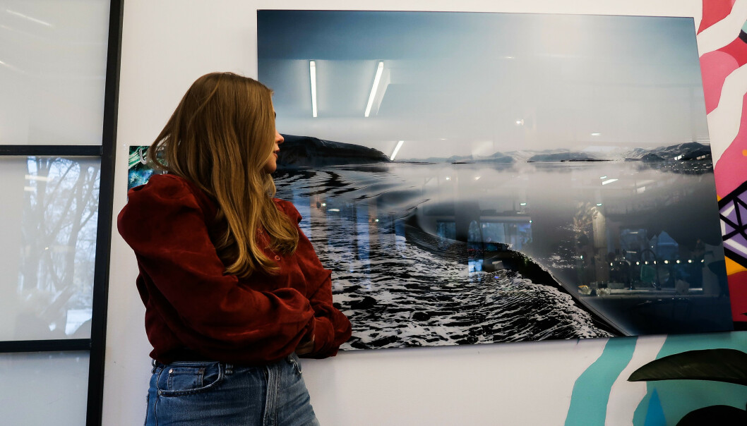 EGET VERK: Oda foran et av sine utstilte bilder på salongen VAAR i Oslo tidligere i vinter. FOTO: M Agency