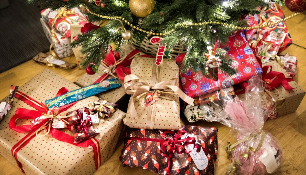 GAVEDRYSS: Hvert år bruker vi flere tusen kroner i snitt på julegaver. Foto: NTB Scanpix