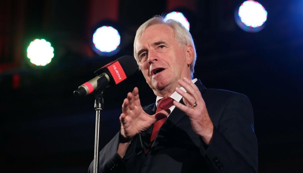 <strong>FYRER LØS:</strong> John McDonnell, finanspolitisk talsperson for Labour, mener Boris Johnson oppfører seg som en bortskjemt snørrunge. Foto: ISABEL INFANTES / AFP)