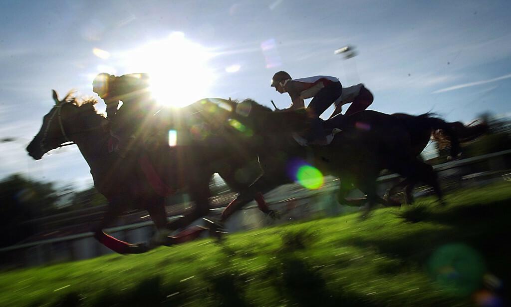 INN I SOLNEDGANGEN: Det er dramatiske tider for norsk hestesport. Her rir jockeyer inn i solnedgangen på Øvrevoll. Banen avlyser siste løpsdag for sesongen. Foto: NTB Scanpix