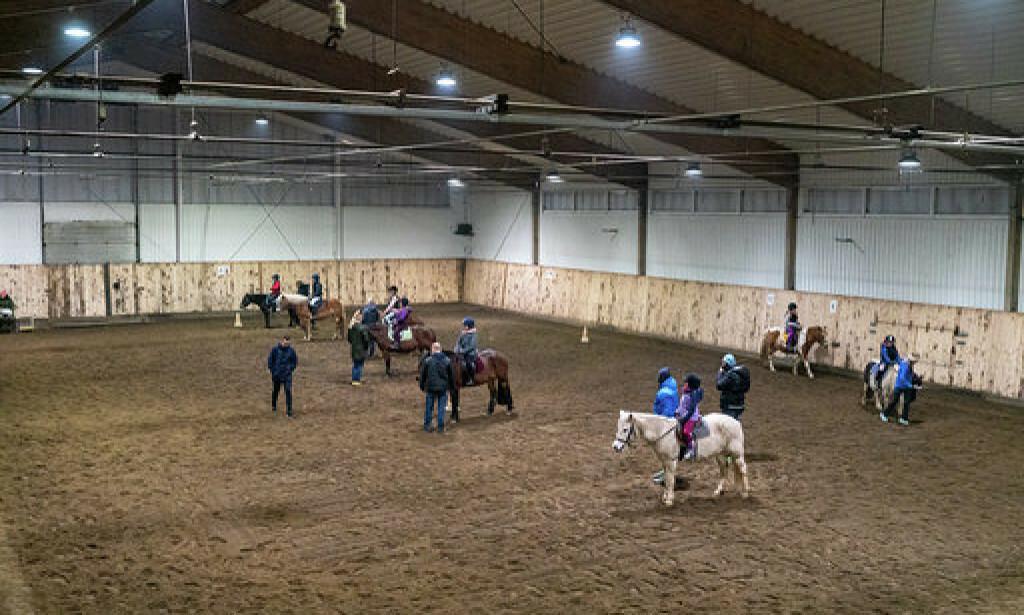 RIDETIMER: Det var full aktivitet på Stovner Hestesenter torsdag. Foto: privat