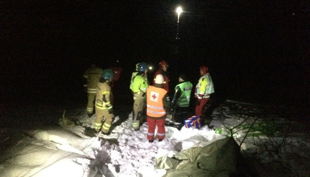 LETEAKSJON: Både dykkere, helikopter, politi og drivillige er til stede på Skøvatnet i Dyrøy tirsdag kveld. Foto: Torgeir Bråthen