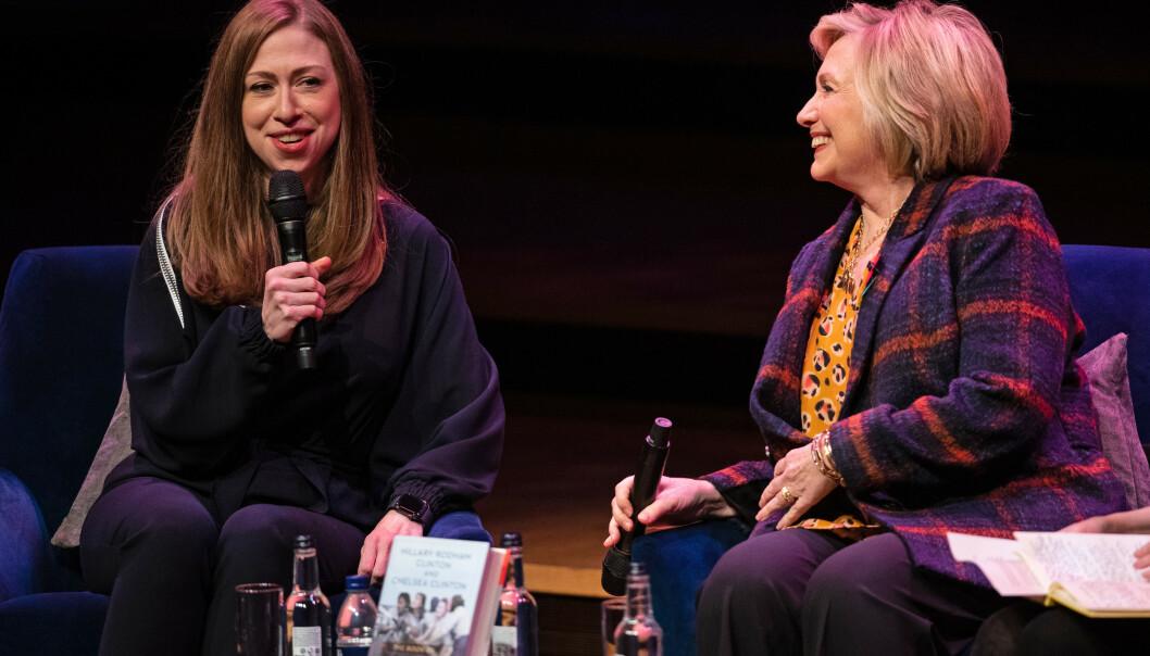 <strong>BOK:</strong> Hillary Clinton og hennes datter Chelsea er for tiden på bokturne hvor de promoterer sin nye bok; «The Book of Gutsy Women: Favorite Stories of Courage and Resilience». Foto: PA / Aaron Chown / NTB Scanpix