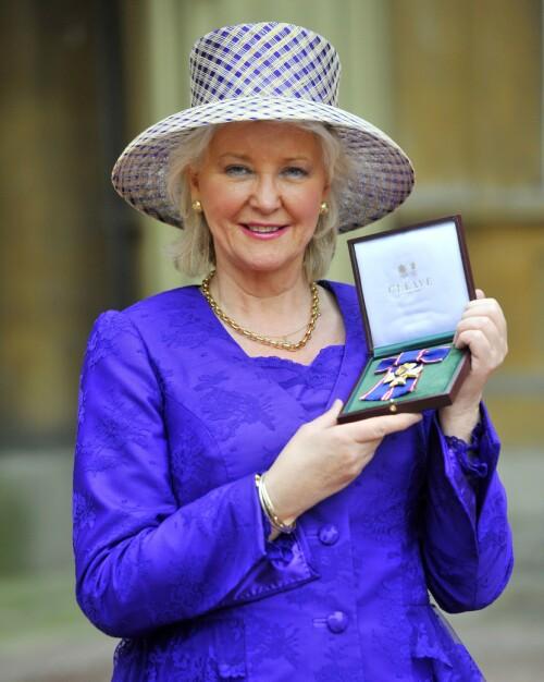 FORFATTER: Angela Kelly røper flere hemmeligheter fra innsiden av det britiske kongehuset i sin nye bok. Hun har jobbet tett på dronningen i hele 17 år. Foto: NTB Scanpix