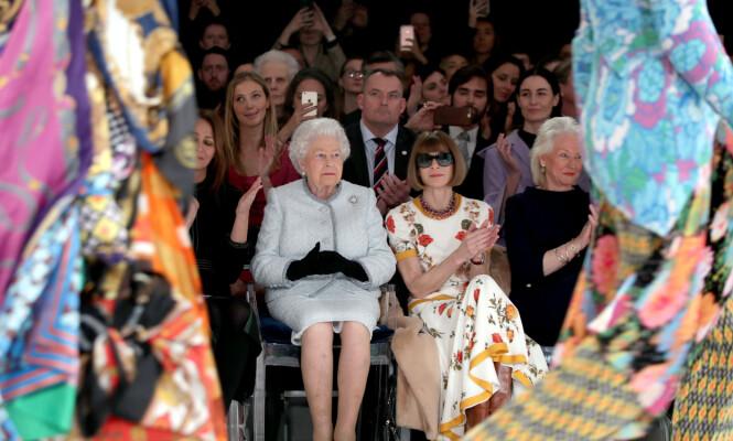 GODE VENNER: Angela Kelly (t.h) har jobbet tett med dronningen i mange år. Her er de avbildet under moteuken i London i fjor, sammen med Anna Wintour. Foto: NTB Scanpix