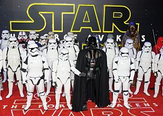<strong>DRAPSMASKINER:</strong> Darth Vader og hans Stormtroopers er klonede mennesker og ikke roboter, ifølge fansen.  Stormtroppere i Star wars er ikke roboter. De er kloner av Django Fett som er et menneske. Her på plass foran premieren av filmen Star Wars: The Force Awakens i London i 2015. Foto: NTB Scanpix