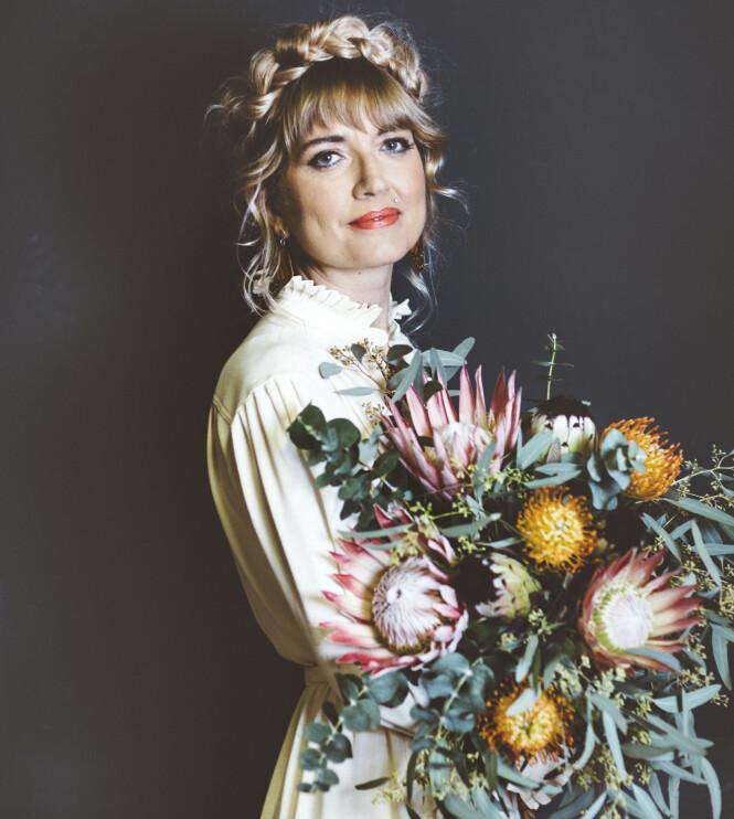 Holly har valgt å inkludere blomster som et fremtredende symbol i den gripende romanen. FOTO: Giulia Zonza
