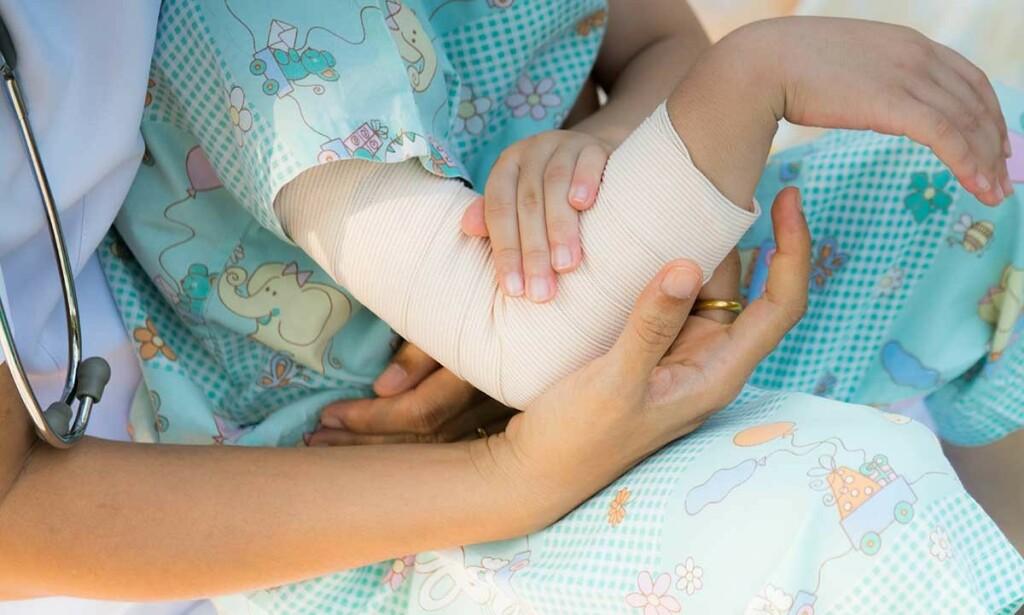 ALBUEBRUDD: Skader i albuen som gir sterke smerter og nedsatt funksjon bør undersøkes av lege og med billeddiagnostikk. Foto: NTB Scanpix/Shutterstock