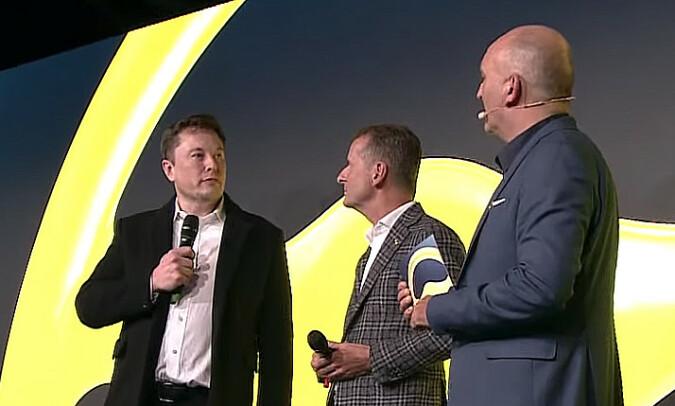 RESPEKT: Elon Musk (t.v.) og Herbert Diess (i midten) har stor respekt for hverandres visjoner. Fkjermdump: YouTube