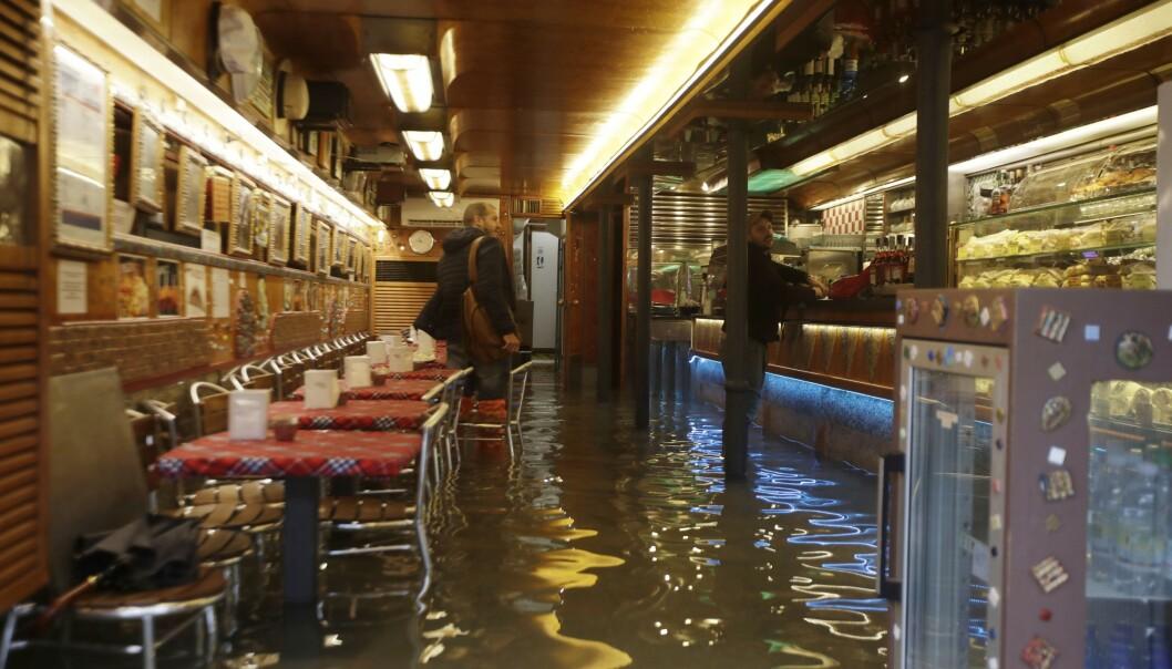 <strong>OVERSVØMT:</strong> En cafe i Venezia oversvømt onsdag. Foto: AP/Luca Bruno