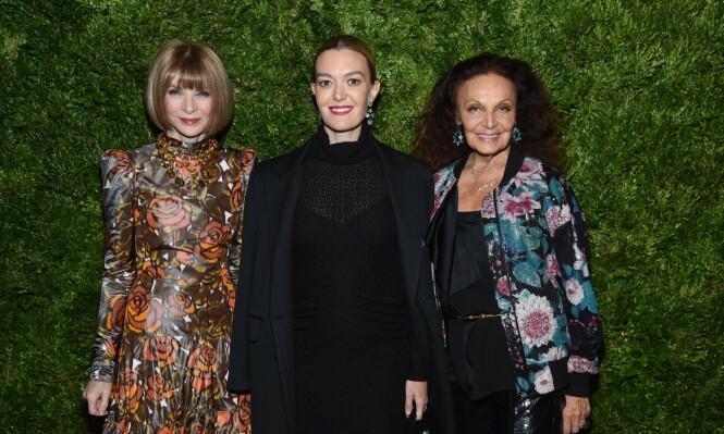 MOTEELITEN: Marta Ortega avbildet med sjefredaktør i Vogue, Anna Wintour (t.v.), samt tidligere prinsesse og belgisk motedesigner Diane von Furstenberg. Foto: NTB Scanpix