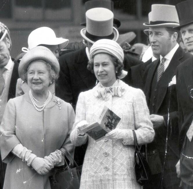 SIDE OM SIDE: Dronning Elizabeth omringet av dronningmoren og Lord Porchester, som hun kalte Porchie. Ektemannen prins Philip skimtes i høyre hjørne. FOTO: NTB scanpix