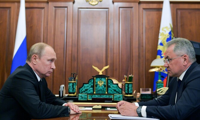 PUTINS MANN: President Vladimir Putin (t.v.) og Russlands forsvarsminister Sergej Sjojgu. Sjojgu er general, tidligere guvernør og fra 2012 har han vært forsvarsminister. Foto: AFP / NTB Scanpix