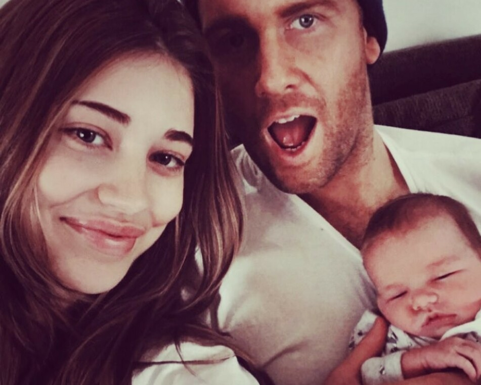 UVENTET: Erin Langmaid og kjæresten Daniel Carty overrasket alle – inkludert seg selv – med å bli foreldre til en liten jente i oktober. FOTO: Instagram