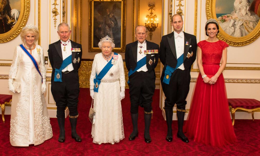 TIARA: Dronning Elizabeth har en stor smykkesamling, og flere tiaraer å velge mellom. Før bruk pusses de for å skinne mest mulig. Her med hertuginne Camilla, prins Charles, prins Philip, prins William og hertuginne Kate på slottsmiddag i 2016. Foto: REX/ NTB scanpix