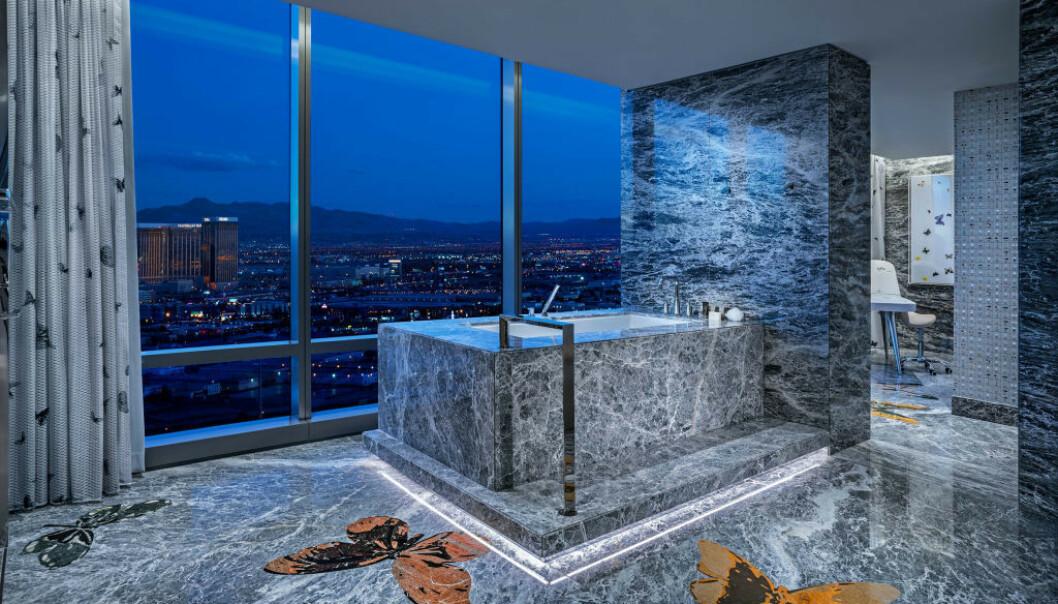 <strong>MARMORBAD:</strong> I verdens dyreste hotellrom, Empathy Suite på Palms Casino Resort, kan du ta deg en dukkert i det marmorbelagte badekaret. Foto: Palms Casino Resort