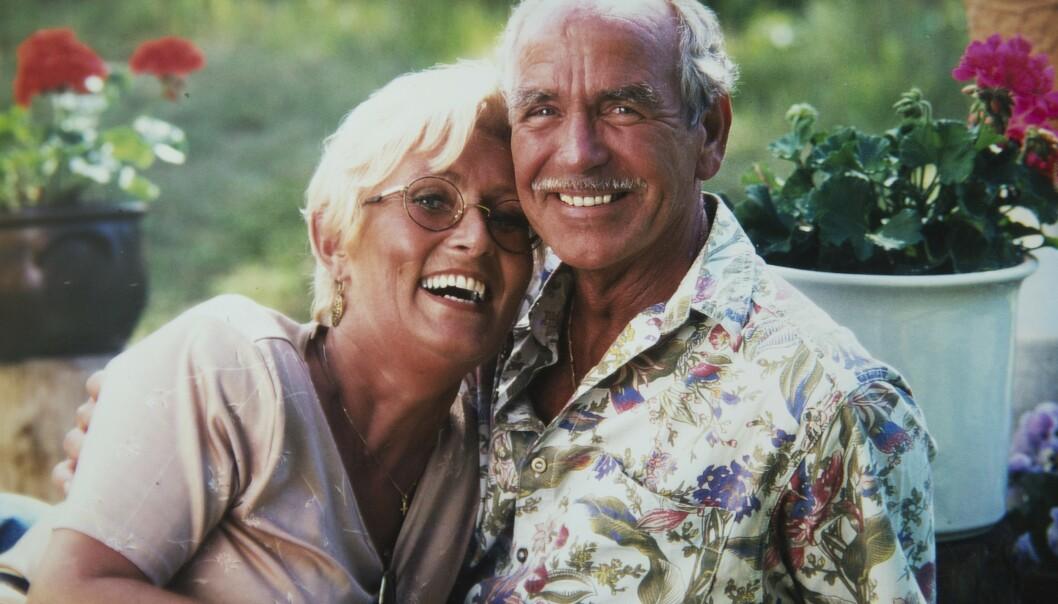 – Jeg trodde aldri jeg skulle få oppleve kjærligheten igjen, sier Åge og holder godt rundt sin Gerd. Bildet over er tatt i august 1998, en måned før de giftet seg. Foto: Privat
