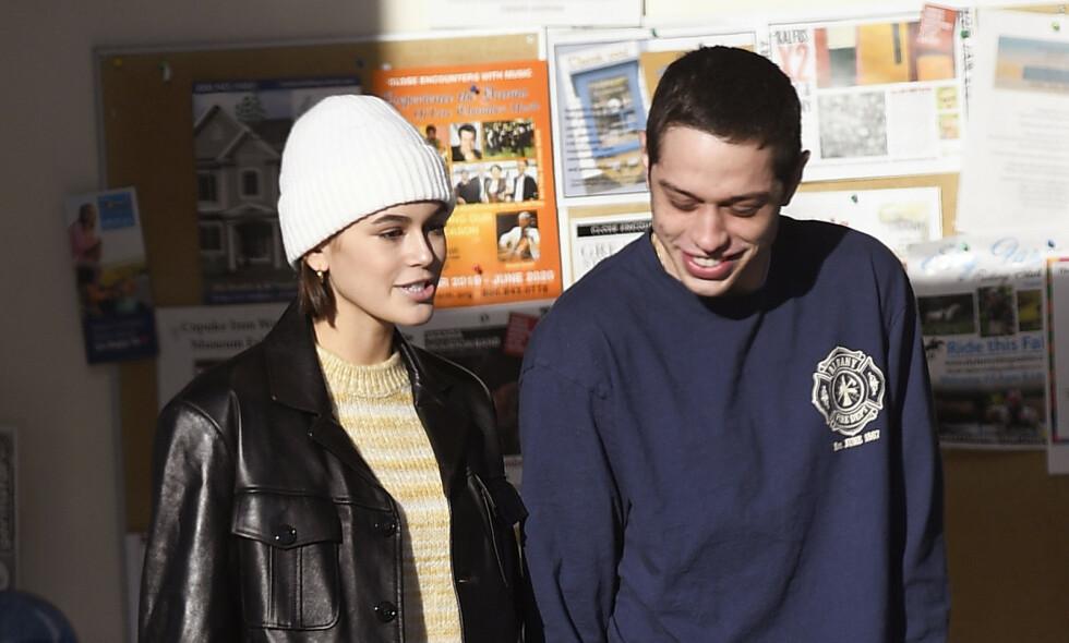 ROMANSE: Det har lenge florert med rykter om en mulig romanse mellom Kaia Gerber og Pete Davidson. Denne uken viste de seg sammen hånd i hånd. Foto: NTB Scanpix