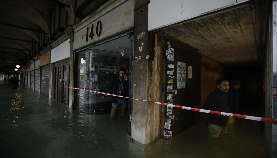 Makusplassen og butikkene rundt plassen er sperret av. Foto: Luca Bruno / AP Photos / NTB scanpix