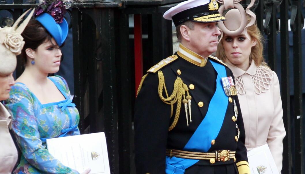 Prins Andrew og døtrene prinsesse Eugenie (t.v.) og prinsesse Beatrice på vei ut fra Westminster Abbey i London i forbindelse med bryllupet mellom prins William og Kate Middleton. Foto: Lise Åserud / NTB scanpix