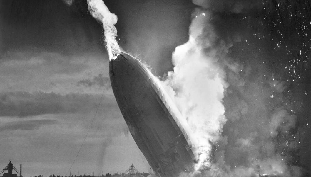 Det tyske luftskipet Hindenburg styrter i flammer på den amerikanske marinebasen Lakehurst i New Jersey den 6. mai 1937. Den siste av de 62 overlevende, 90 år gamle Werner Gustav Doehner, er død. Foto: Murray Becker / AP / NTB scanpix